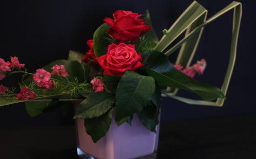 Centre de table linéaire roses